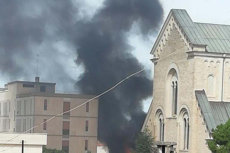 Densa coltre di fumo nero a pochi passi dalla Basilica di San Giuseppe