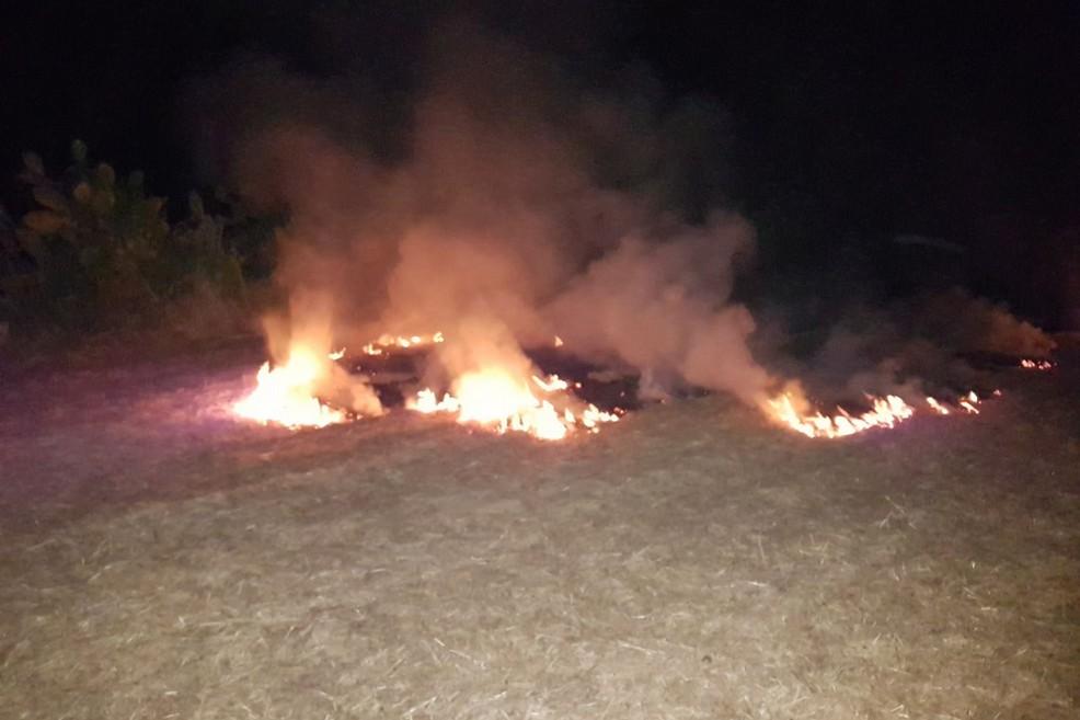 Erba e sterpaglie in fiamme presso Torre Calderina