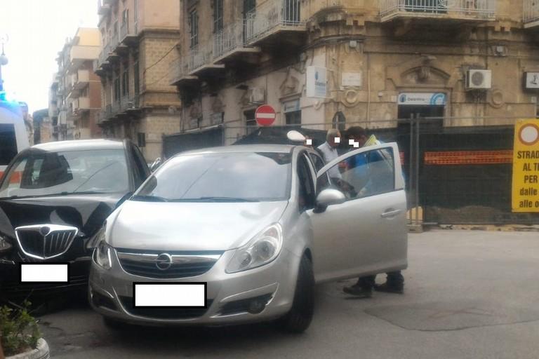 Scontro fra due auto in pieno centro