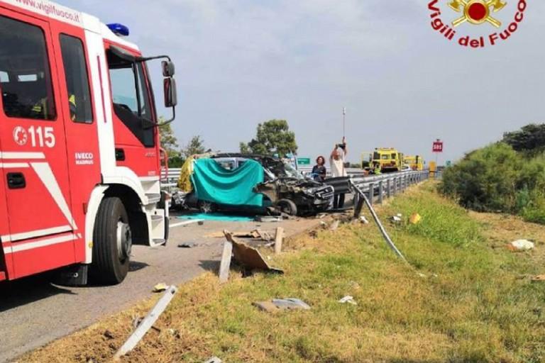 Il guardrail distrutto nell'impatto col Fiat Doblò