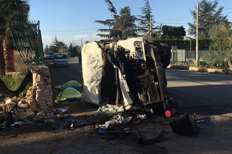 Bisceglie, furgone contro muretto: morti 2 fratelli, 25enne arrestato per omicidio stradale