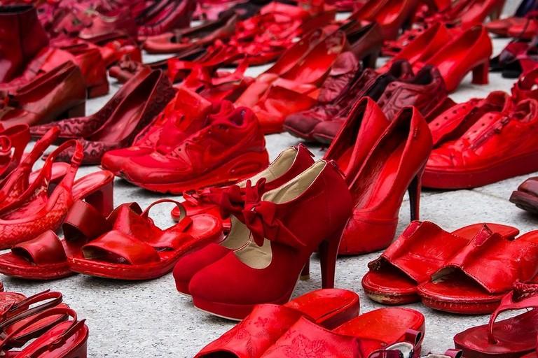 Le scarpe rosse simbolo della violenza sulle donne