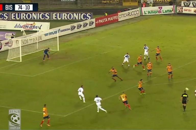 Un fotogramma dell'azione che ha portato al gol di Gabrielloni annullato dall'arbitro. <span>Foto BisceglieViva</span>