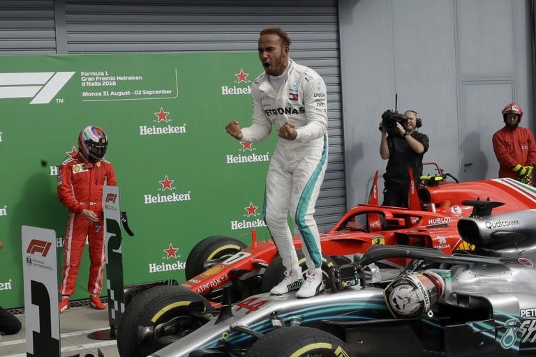 Lewis Hamilton esulta per il successo a Monza