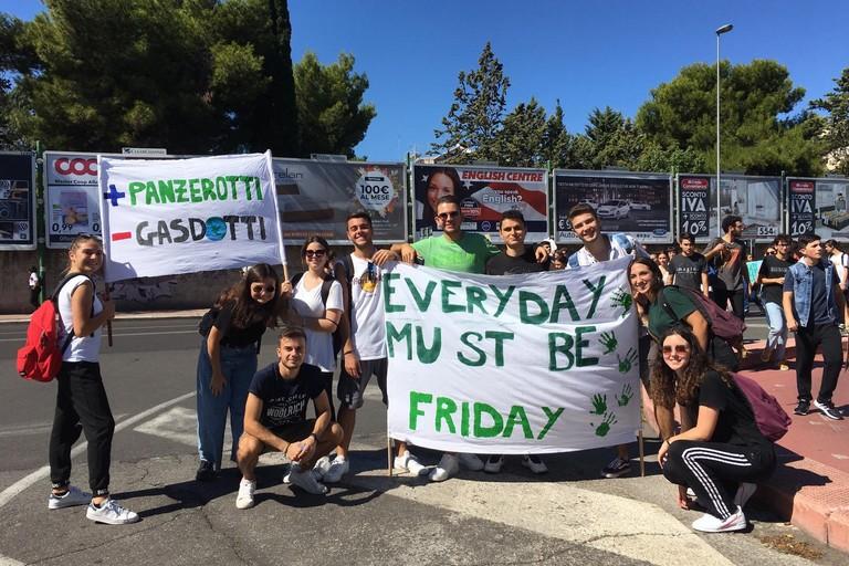 Liceali biscegliesi alla manifestazione Friday for future di Bari