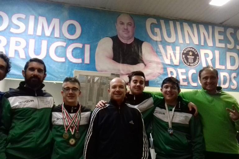 Il team di lottatori biscegliesi con Massimo Cosmai del Club Ferrucci