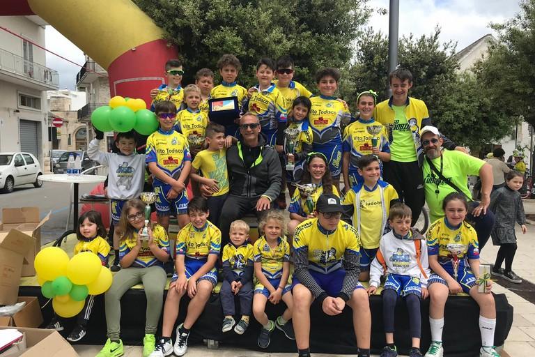 Foto di gruppo per il team Ludobike sul podio di Alberobello