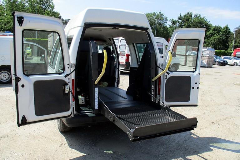 Mezzo attrezzato per il trasporto disabili