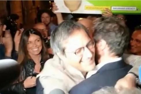 L'abbraccio tra Angelantonio Angarano e Gianni Casella