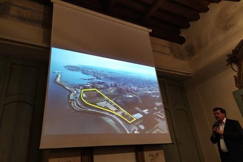 Sergio Silvestris espone l'idea di un parco pubblico sul mare dedicato a don Pasquale Uva