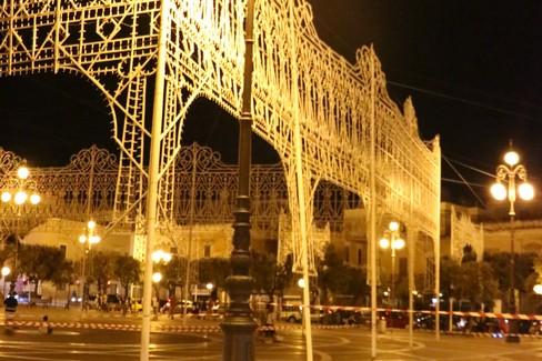 Luminarie pericolanti in piazza Vittorio Emanuele