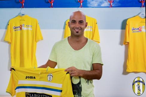 Mattia Pasculli posa con la maglia del Don Uva