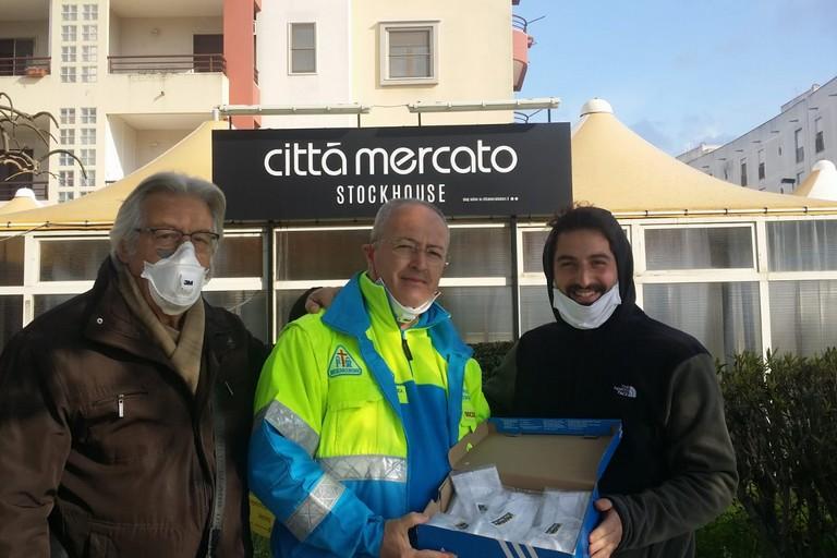 La consegna delle mascherine di protezione