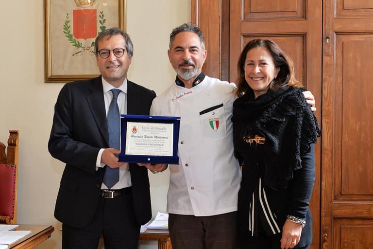 Il maestro pizzaiolo Montarone premiato dal sindaco Angarano e dall'assessore Sasso
