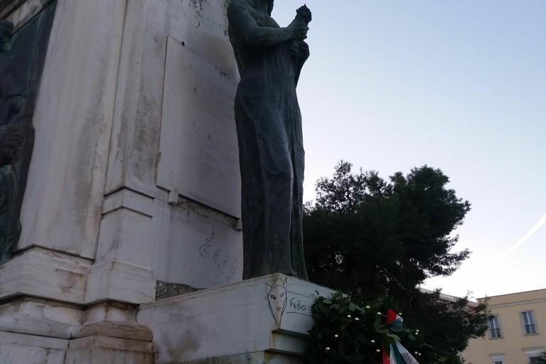 Monumento ai caduti di piazza Vittorio Emanuele II oltraggiato (Foto Bisceglieviva)