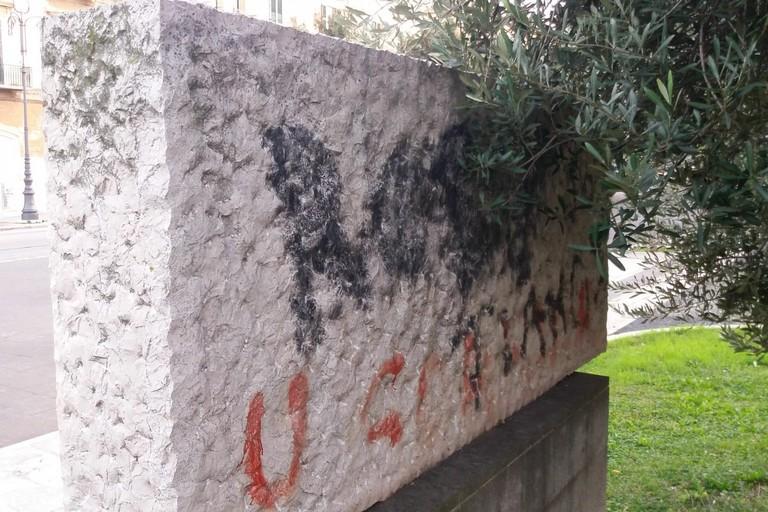Monumento a Giuseppe Di Vittorio sfregiato