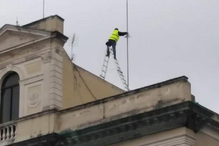 Lavoratore sul tetto del palazzo che ospita la Polizia Locale