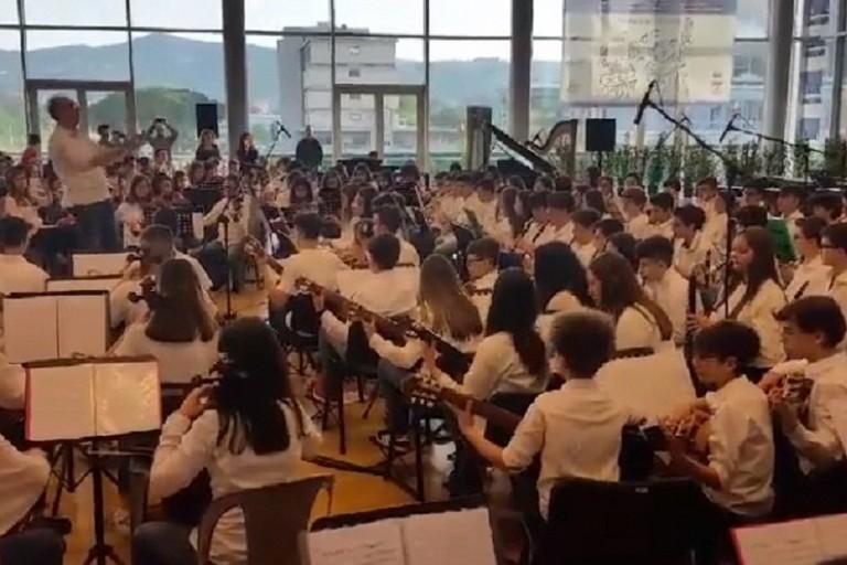 Esibizione dell'orchestra della
