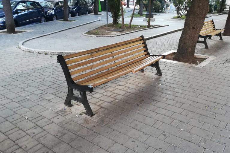 Panchina danneggiata in piazza San Francesco