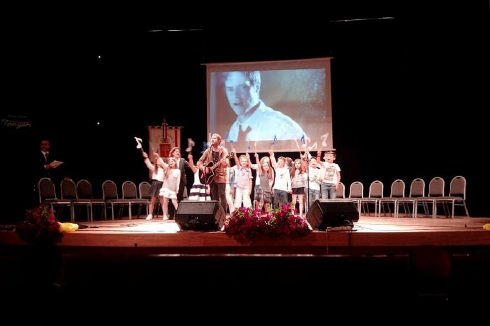 L'esibizione di Paolo Meneguzzi ha aperto la cerimonia di premiazione del Riconoscimento Giovanni Paolo II