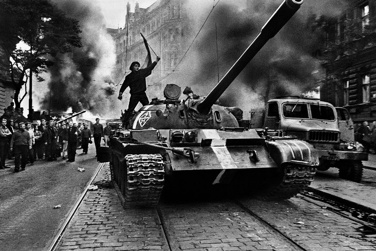 Carro armato del Patto di Varsavia per le strade di Praga