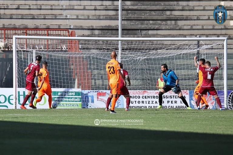 Il terzo gol della Reggina. <span>Foto Emmanuele Mastrodonato</span>