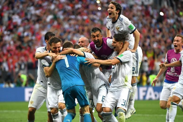 L'esultanza dei calciatori russi al termine dell'ottavo di finale vinto con la Spagna ai calci di rigore