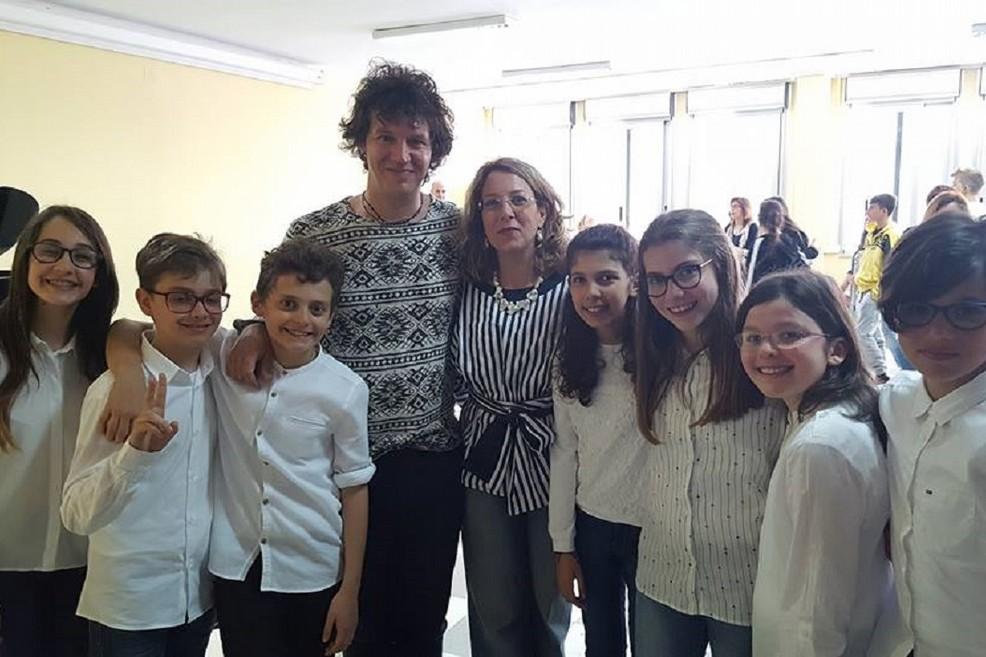 Mirko Signorile col dirigente scolastico e alcuni alunni della scuola media