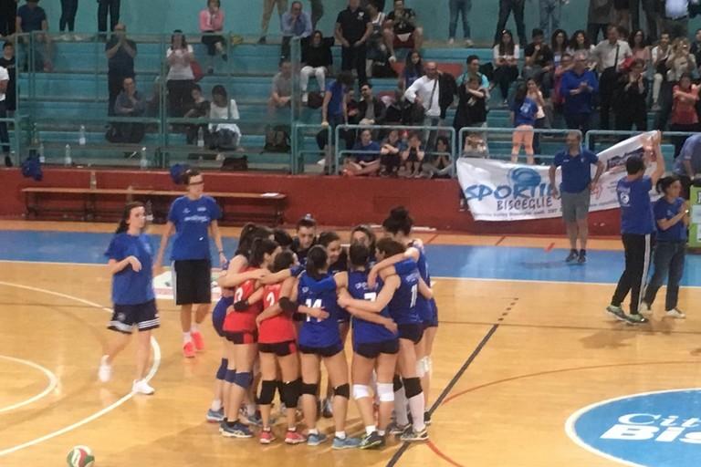 L'abbraccio fra le giocatrici di Sportilia al termine del match