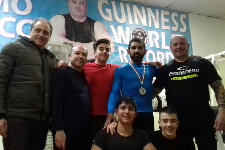 Tommaso Cilardi col tecnico Mauro Sciancalepore e lo staff del Club Ferrucci
