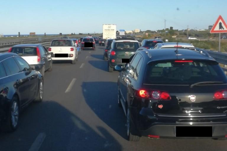Traffico bloccato sulla strada statale 16 bis