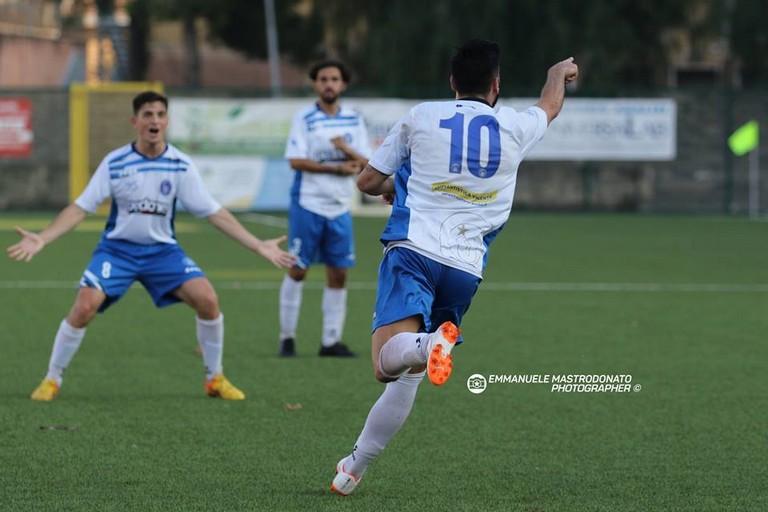 Matteo Triggiani festeggia per un gol (Foto Emmanuele Mastrodonato)