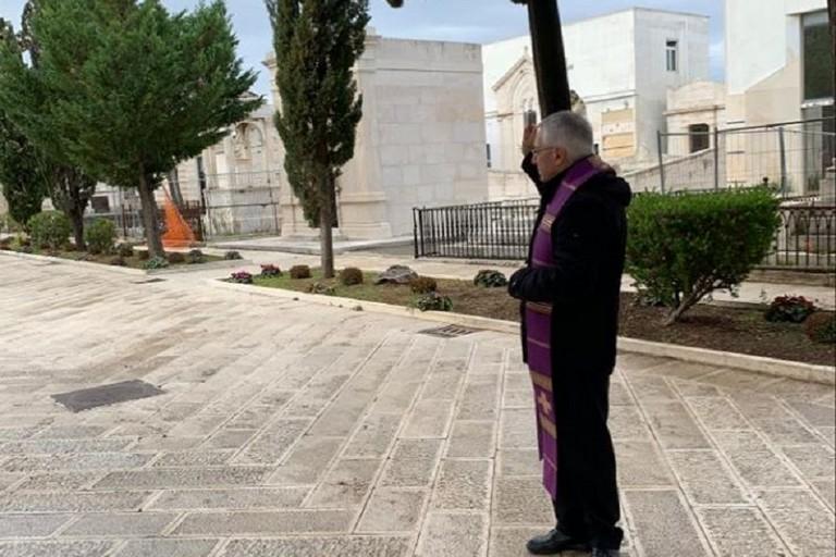 L'Arcivescovo D'Ascenzo al cimitero di Bisceglie