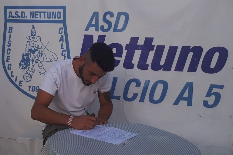 Vincenzo Gadaleta firma per il Nettuno calcio a 5