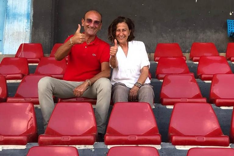 Vincenzo Todaro e Vittoria Sasso sorridenti sui nuovi seggiolini del
