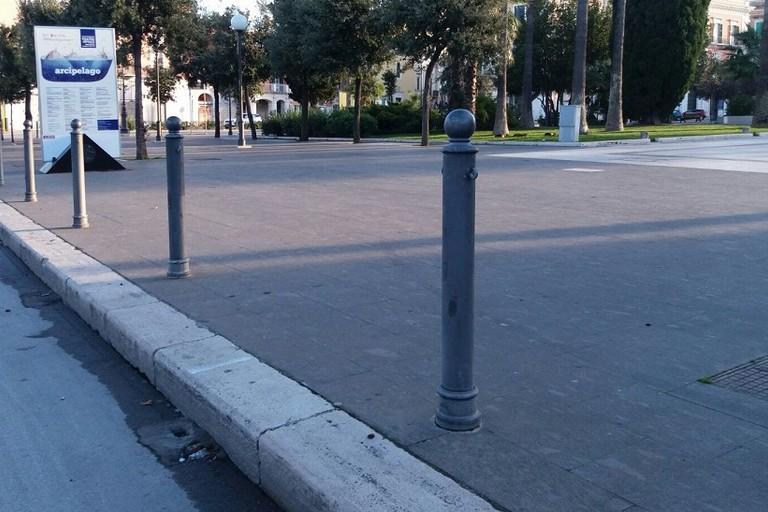 Il perimetro di piazza Vittorio Emanuele privo delle catene in ferro che lo delimitavano (Foto BisceglieViva)