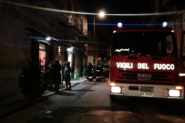 Via Cavour, braceria in fiamme nella notte