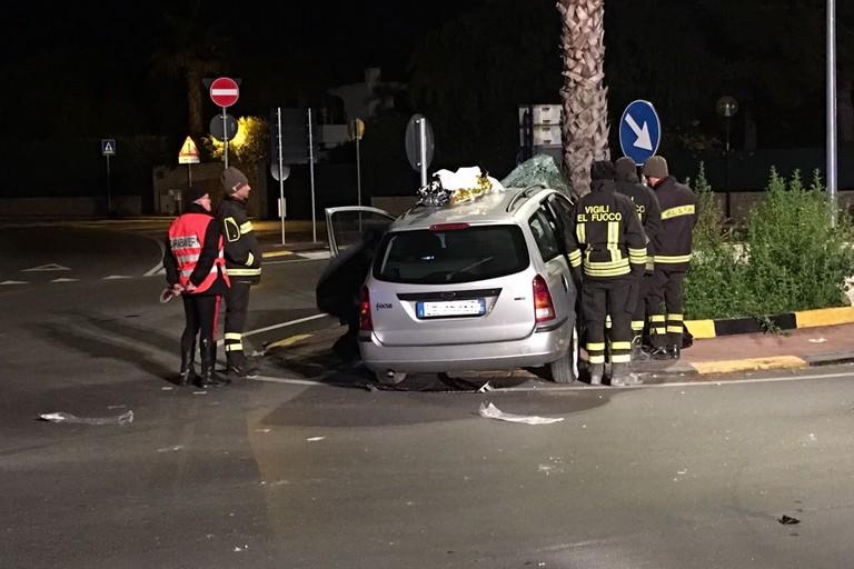 Incidente stradale, auto contro un muro, muore una donna