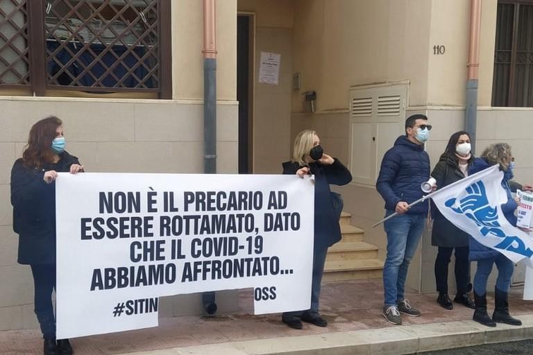 Protesta degli operatori sanitari iscritti all'Usppi davanti alla sede della Direzione generale Asl Bt