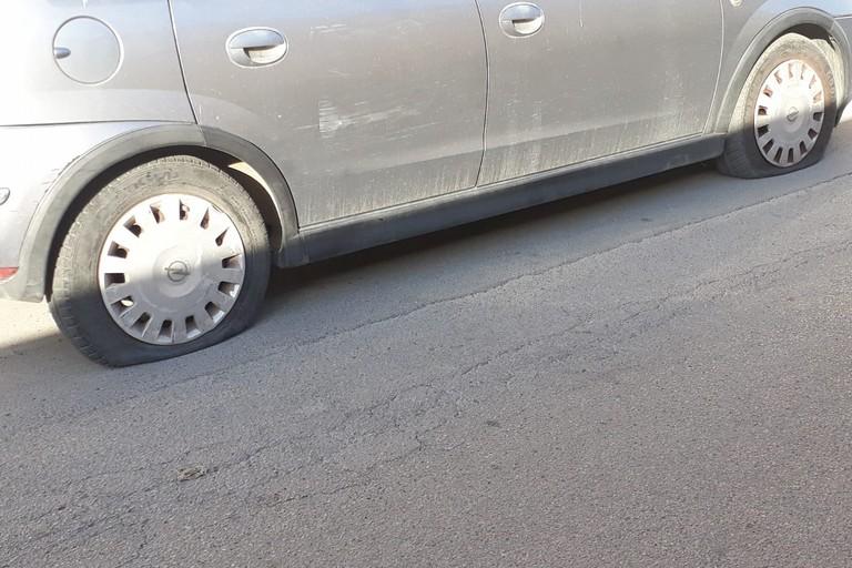 Vandalismo in zona stazione, 5 auto con le ruote squarciate