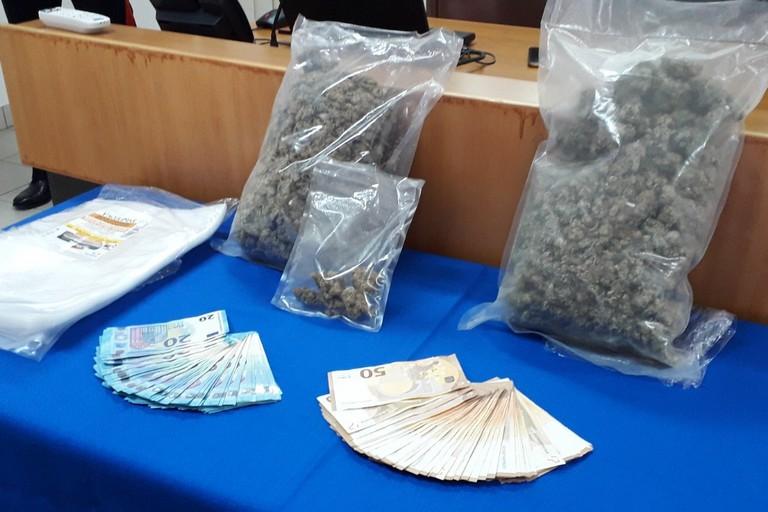 La droga e il denaro sequestrati dai Carabinieri del Comando Provinciale di Terni