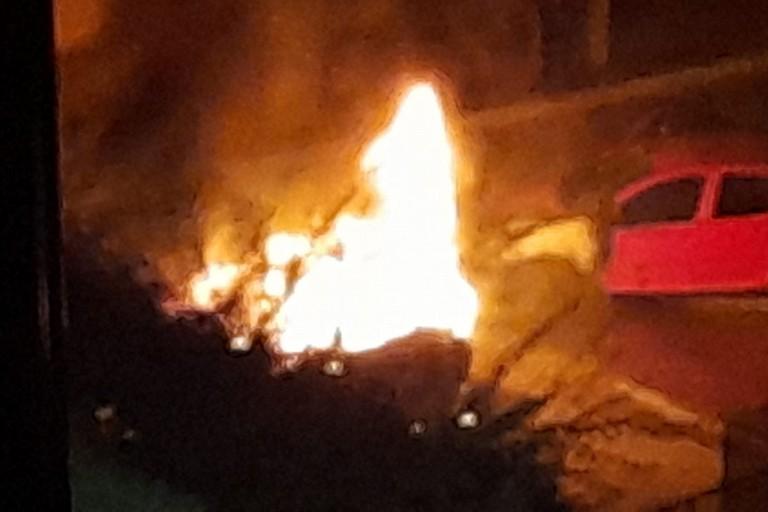 Veicolo in fiammme nella notte a Bisceglie