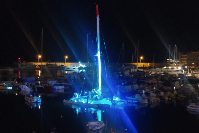 Un momento dello spettacolo a bordo del catamarano ormeggiato al porto turistico di Bisceglie
